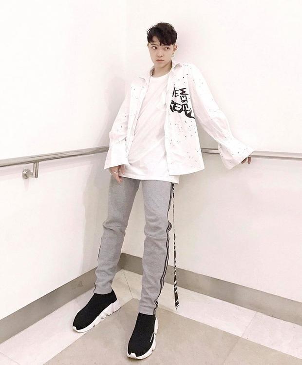Kelbin Lei trẻ trung như cậu học sinh với cách mix sơ mi màu trắng.