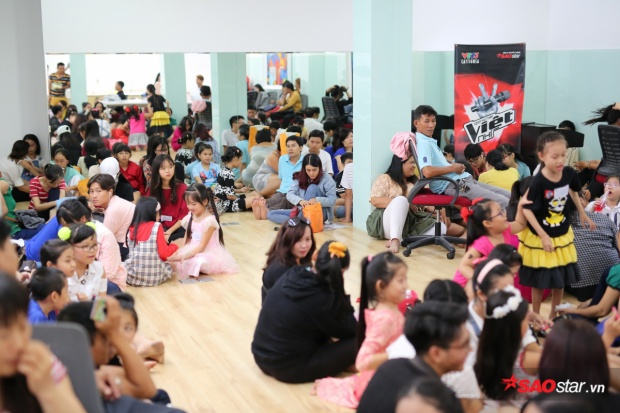 Đông đảo phụ huynh đồng hành chăm lo cho các em nhỏ trong buổi casting sáng nay.