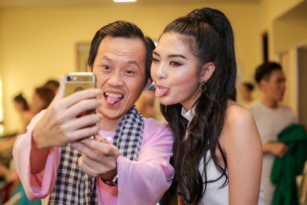 Sau khi chuẩn bị xong mọi thứ, nam diễn viên Hello cô Ba còn dành thời gian để selfie cùng mọi người trong hậu trường.