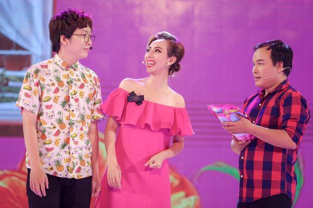 """Thu Trang """"thăng hoa"""" hết mình trên sân khấu."""