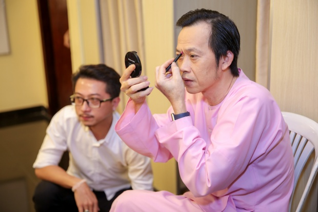 Nghệ sĩ Hoài Linh tự trang điểm trước khi lên sân khấu.