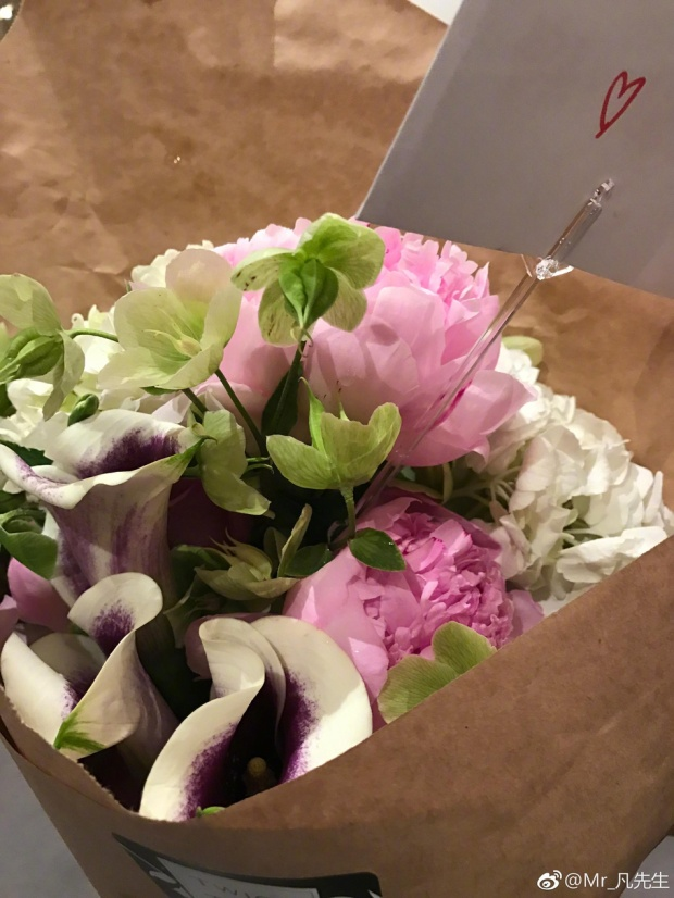 """""""Người con trai vàng"""" của năm còn dành riêng cho mẹ một ổ bánh kem trải đầy hoahồng cùng bó hoa tươi thắm."""