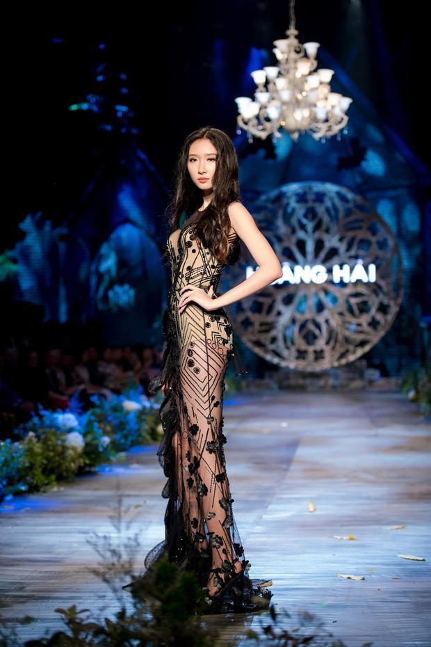 Trang phục Haute Couture ôm sát cơ thể khoe đường cong trứ danh của những nàng công chúa đầy quyến rũ, mê hoặc.