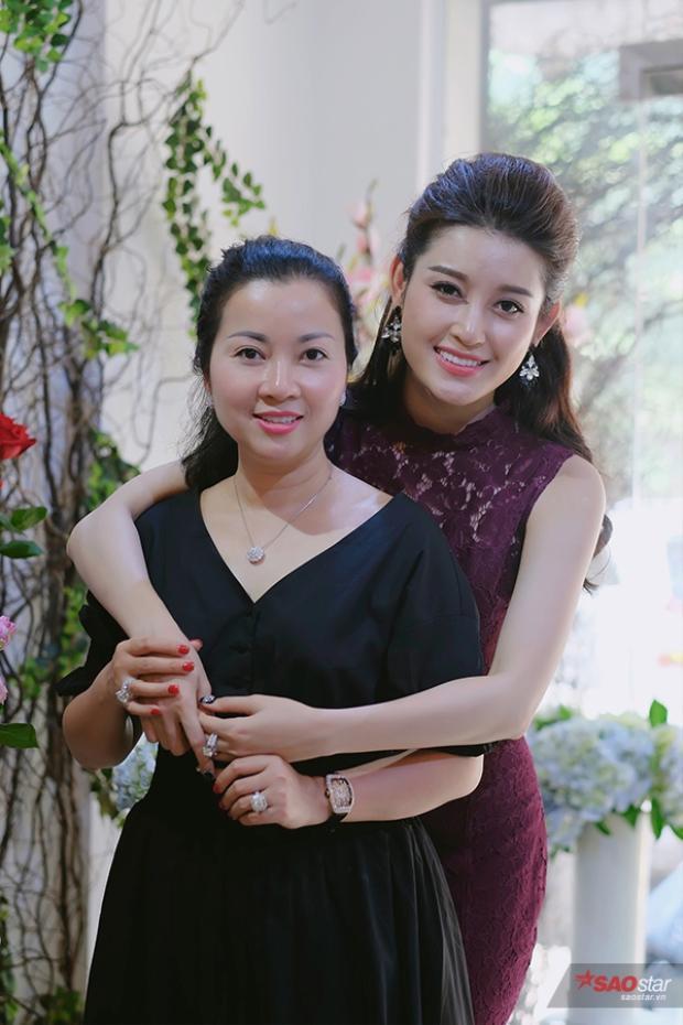 Á hậu Huyền My và mẹ.