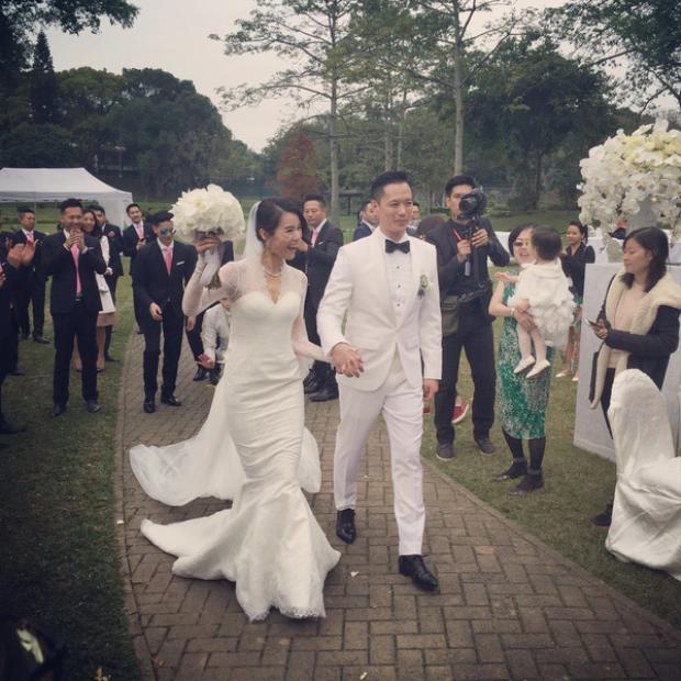 Bất chấp những định kiến của báo chí, cặp đôi vẫn rất hạnh phúc dưới sự chúc phúc nồng nhiệt của người thân và bạn bè.