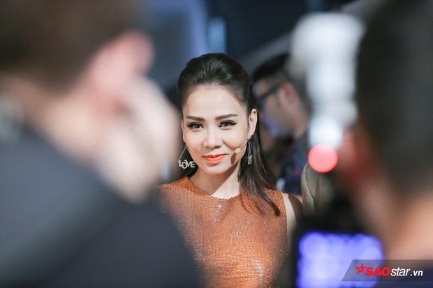 HLV Thu Minh kể từ vòng trước có một sự thay đổi hình ảnh trẻ trung. Trong đêm nay, chị xuất hiện với bộ trang phục tông cam nổi bật.