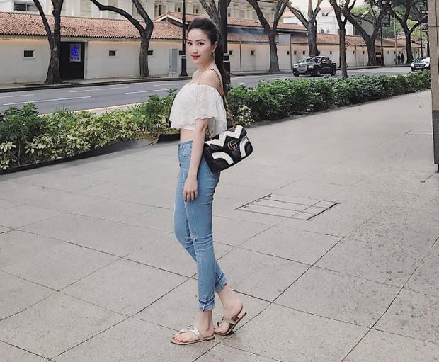 Một dòng túi khác của thương hiệu Gucci với #OOTD trẻ trung, cá tính khiến cô cực cuốn hút trên phố.