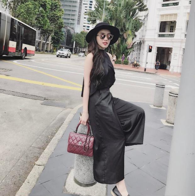 Trong một diễn biến khác, chiếc túi hãng Chanel với màu đỏ mận vô cùng đẹp mắt này được Bảo Thy mix cùng cả set đồ gam màu đen đơn giản.