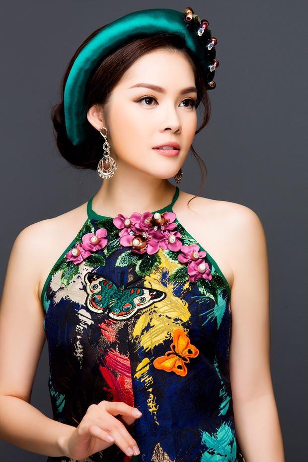 Ngoài ra, phần cổ áo cách tân dạng yếm đào càng khiến người xem nao lòng bởi bờ vai trắng ngần, thon thả của Dương Cẩm Lynh.
