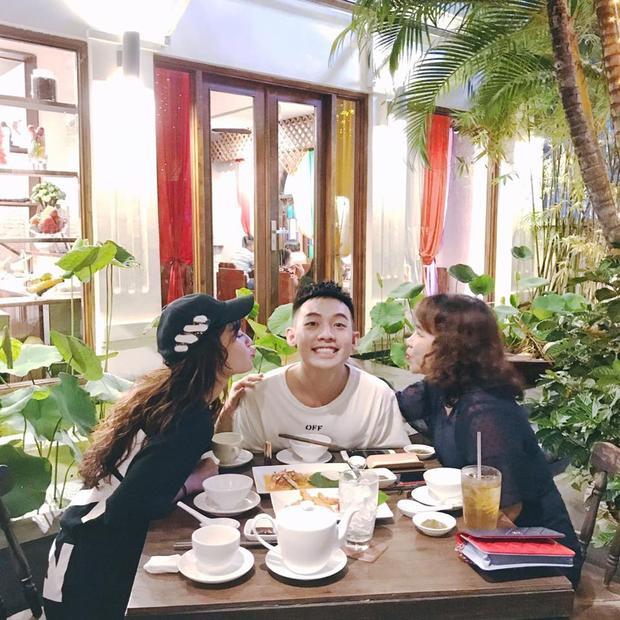 Vào Ngày của mẹ (14/5), Sun Ht đã bay từ Hà Nội vào Sài Gòn đi ăn chung với Phở và mẹ của anh chàng. Trông họ hạnh phúc thế này càng khẳng định sự khăng khít và gắn bó của tình yêu mà cặp đôi dành cho nhau.