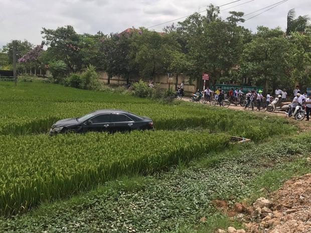 Sau khi tông trúng người, chiếc xe lao xuống ruộng lúa, cách mặt đường khoảng 5 mét.