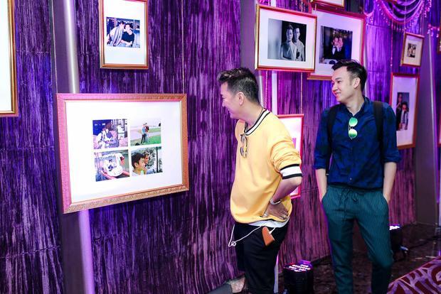 Đàm Vĩnh Hưng và Dương Triệu Vũ thích thú nhìn lại hình ảnh ghi lại chặng đường tình bạn gần 15 năm của cả hai.