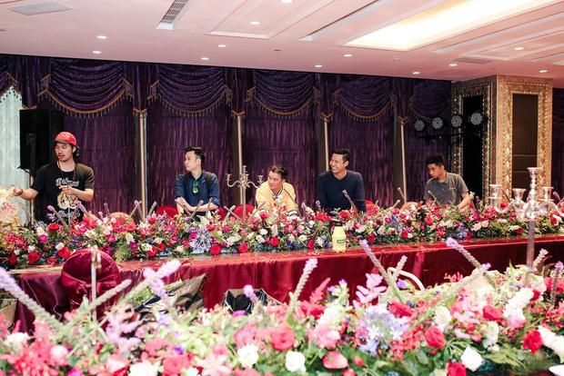Đàm Vĩnh Hưng cùng Dương Triệu Vũ tất bật chuẩn bị cho buổi tiệc kỷ niệm tình tri kỷ