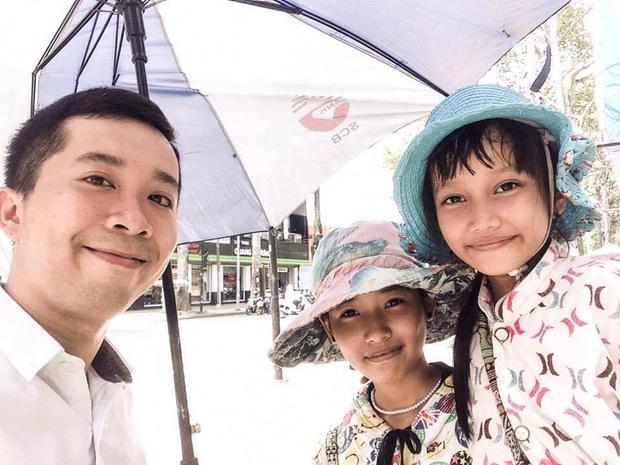 Anh Hà Tú và hai chị em cô bé học trò bán vé số đáng yêu. Ảnh: FB Le Ha Tu