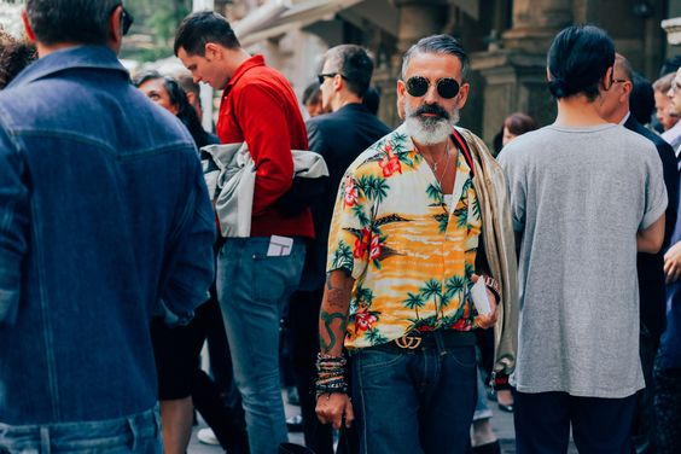Sự thật là một bộ phận cánh mày râu châu Âu rất thích item này đấy. Đâu chỉ có giới trẻ mới được mặc sơ mi hoạ tiết sặc sỡ chứ!