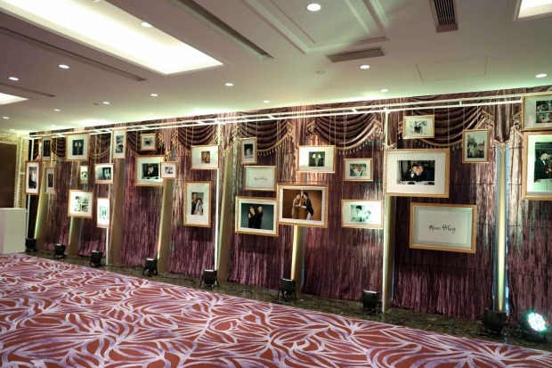 Trong đó, một không gian nhỏ được chủ nhân bữa tiệc sắp xếp khéo léo với những hình ảnh ghi lại quá trình đồng hành cùng nhau.