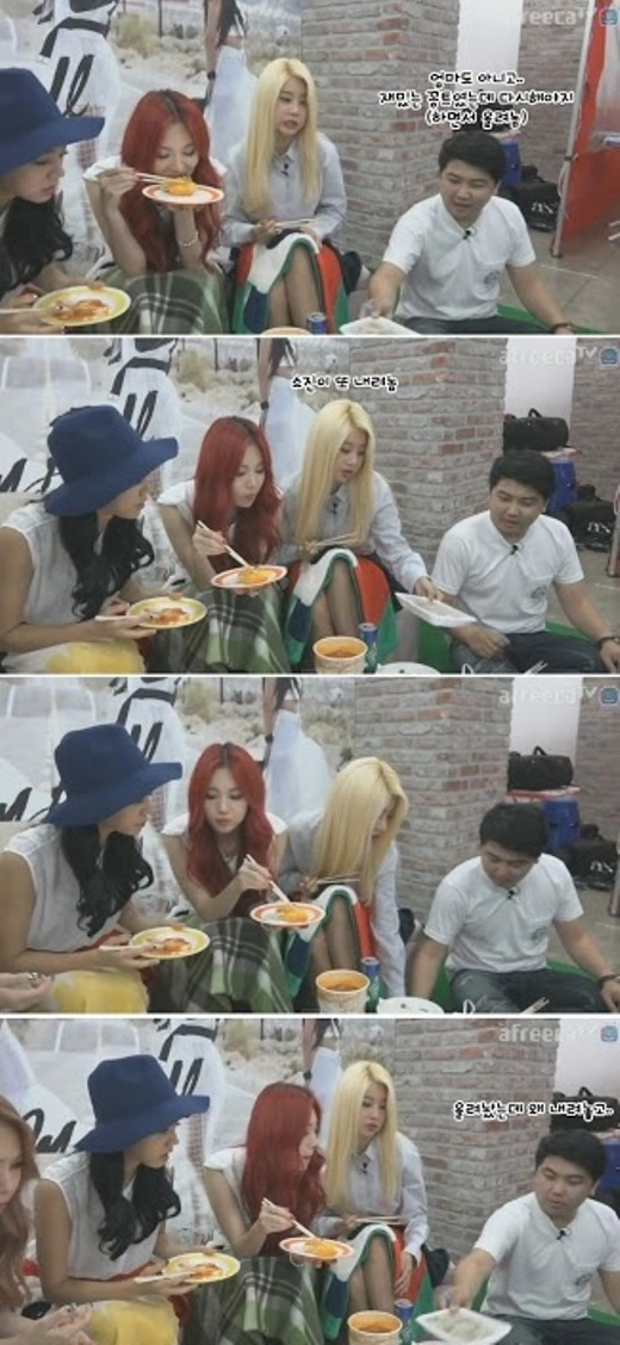 Soojin liên tục bỏ bánh bao xuống đất mặc MC cố gắng mời mọc.