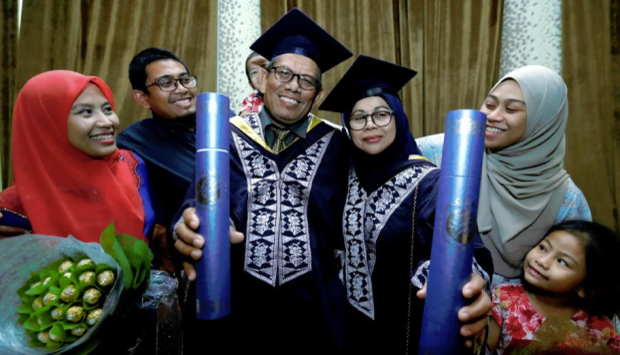 Cặp vợ chồng U60 dắt tay nhau tốt nghiệp đại học ở Malaysian