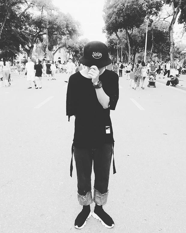 Cậu bạn An Run diện style mũ bucket cùng áo pull trơn, quần jean xắn gối và sneaker Balenciaga.