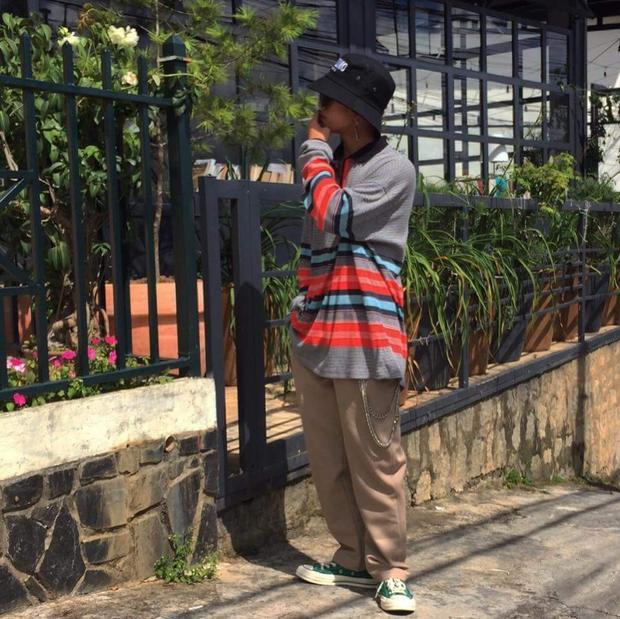 """Anh chàng Đinh Phan Huy mang style """"cậu bé đánh giày"""" đậm chất bụi bặm, phiêu trần."""