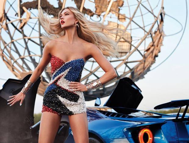 Siêu mẫu hành tinh sexy trong váy body hạt cườm của Alexandre Vauthier Swarovski. Ba màu xanh - đỏ- đen trên bộ đầm lấy cảm hứng màu sắc từ trang phục của Super woman (nữ anh hùng).