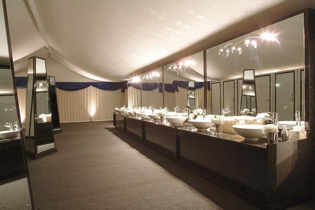 Khu nhà vệ sinh đẳng cấp thượng lưu được thiết kế không khác gì nhà vệ sinh của một khách sạn hạng sang.