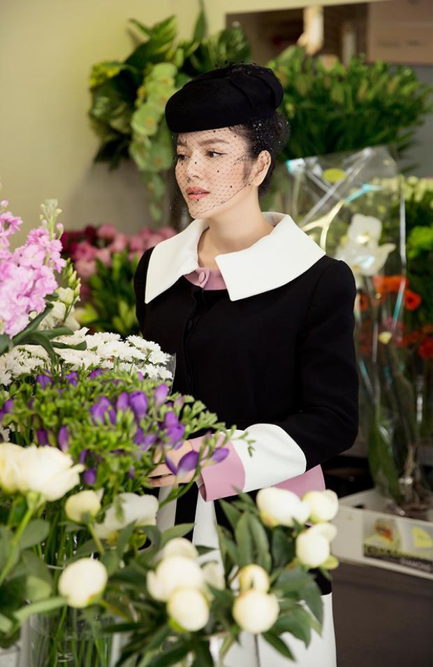 Lý Nhã Kỳ đi mua hoa để tới viếng mộ Công nương Grace Kelly.
