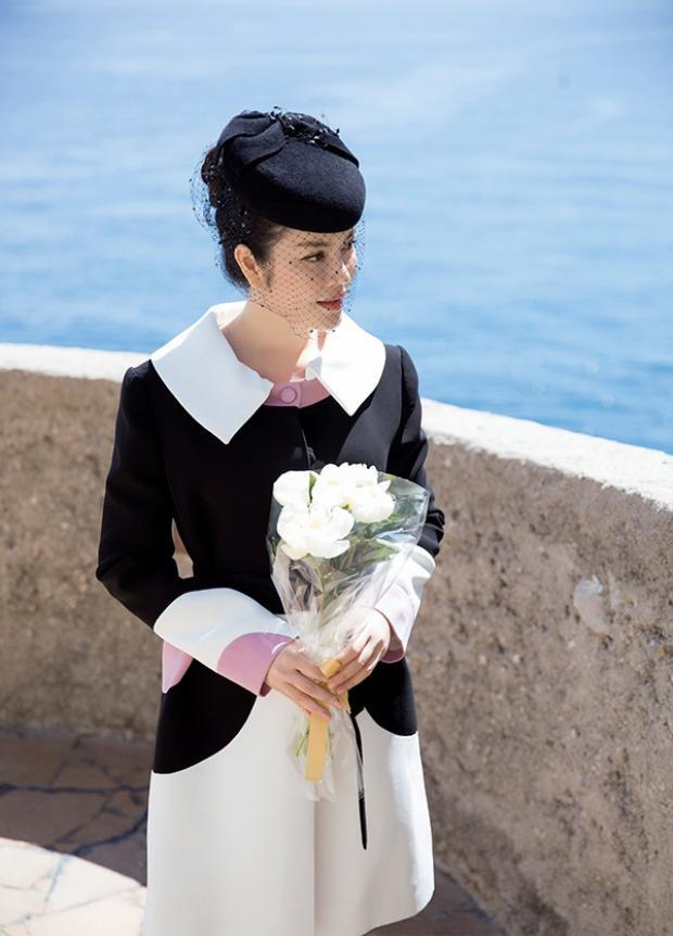 Khi đặt chân tới Nhà thờ hoàng gia Monaco, Lý Nhã Kỳ đã vô cùng xúc động. Bởi với cô, việc viếng mộ Công nương Grace Kelly có ý nghĩa vô cùng quan trọng.