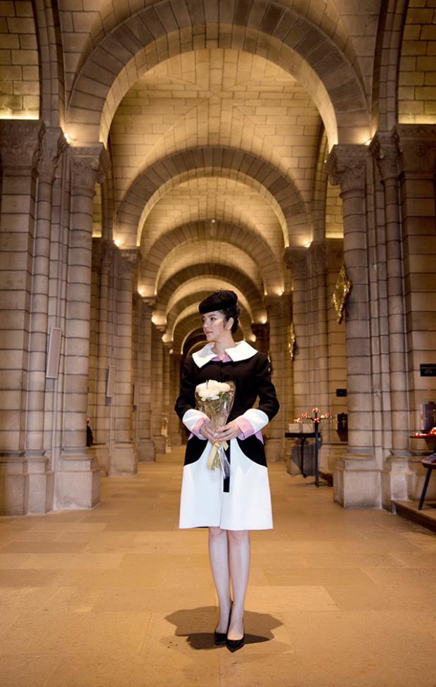 Theo quy định của Nhà thờ, tất cả các khách viếng thăm mộ của Công nương Grace Kelly chỉ được phép gửi hoa nhờ đội cảnh vệ hoàng gia đặt lên mộ bà.