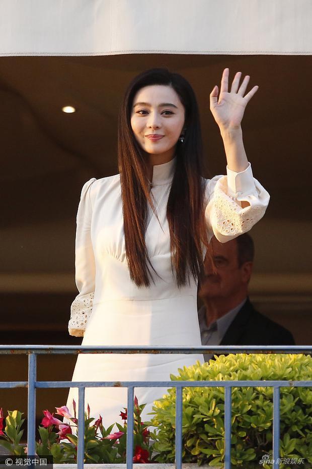 Bạn gái Lý Thần tươi tắn vẫy chào người hâm mộ.