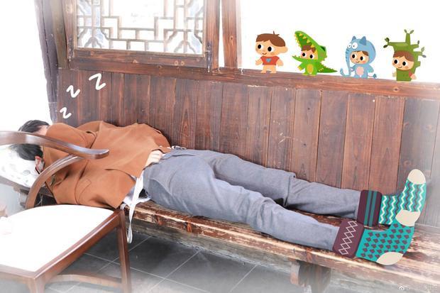 Trong khi đồng đội đang vật vả mang vác thì chàng ta nằm dài ra ngủ vì đứng thứ nhất.