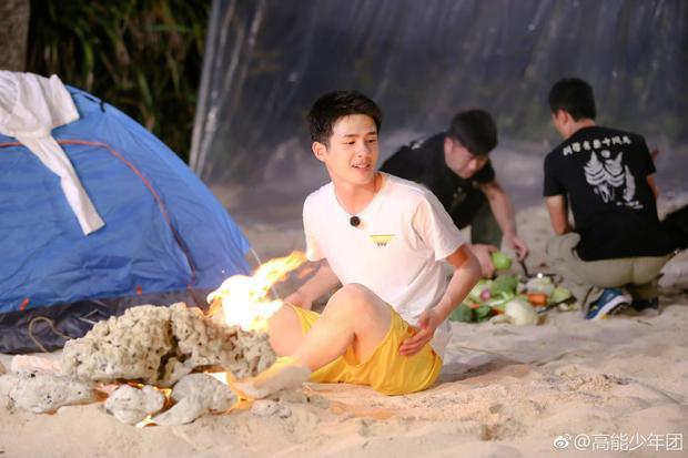 Quần đùi, áo phông, ngồi bệt trên cát cũng trở thành phong cảnh.