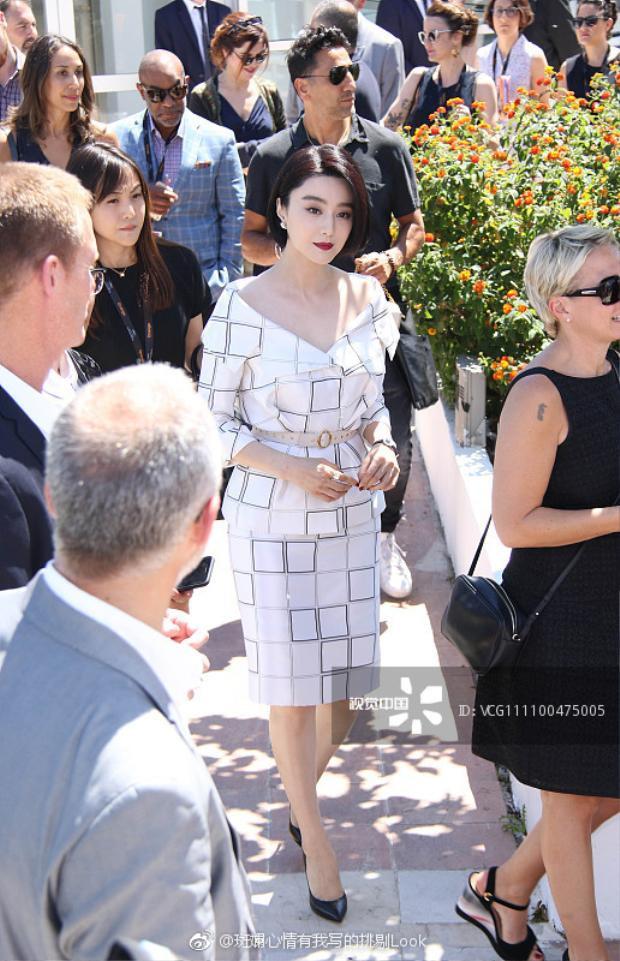 Thanh lịch như quý cô văn phòng, Phạm Băng Băng mang mái tóc ngắn trở lại họp báo Cannes
