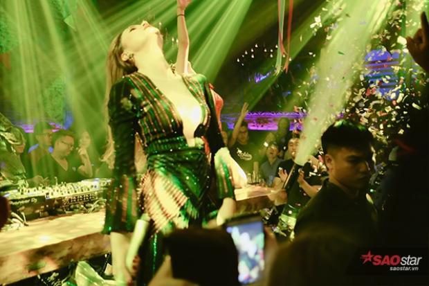 Ngoài ra, nữ ca sĩ cũng mang đến những ca khúc sôi động, hâm nóng bầu không khí của ngày Quốc tế đồng giới.