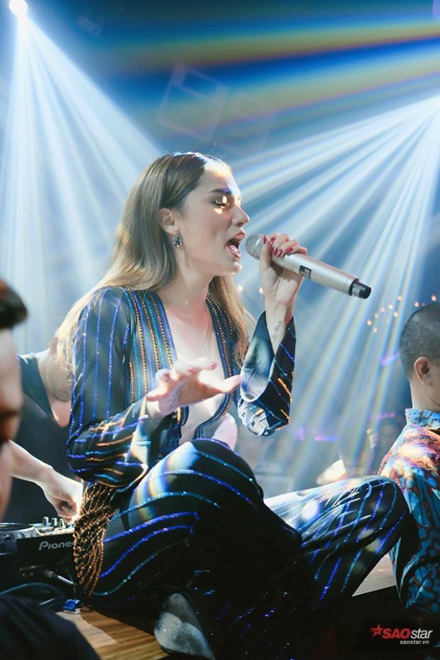 Mở màn chương trình, Hương Giang Idol mang đến ca khúc.