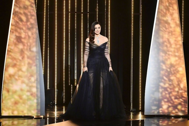 Người đẹp nóng bỏng Monica Bellucci thể hiện tuyệt đỉnh hôn sâu trên sân khấu Cannes