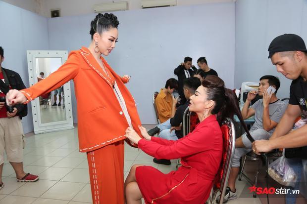 Chị em Thu Minh - Tóc Tiên thân thiện mọi lúc mọi nơi trong hậu trường