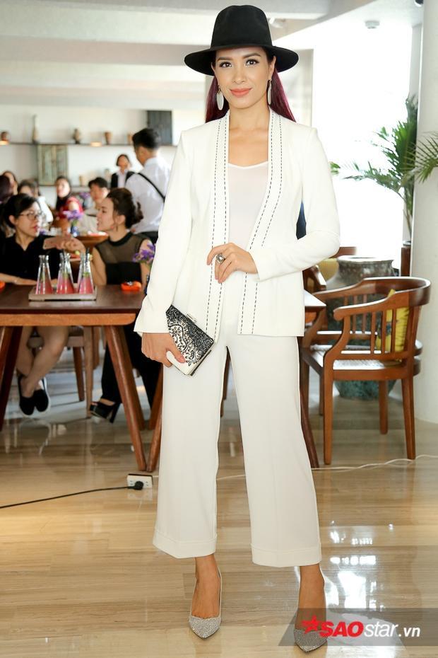 Cựu siêu mẫu Thúy Hạnh ấn tượng với mái tóc tím nổi bật.