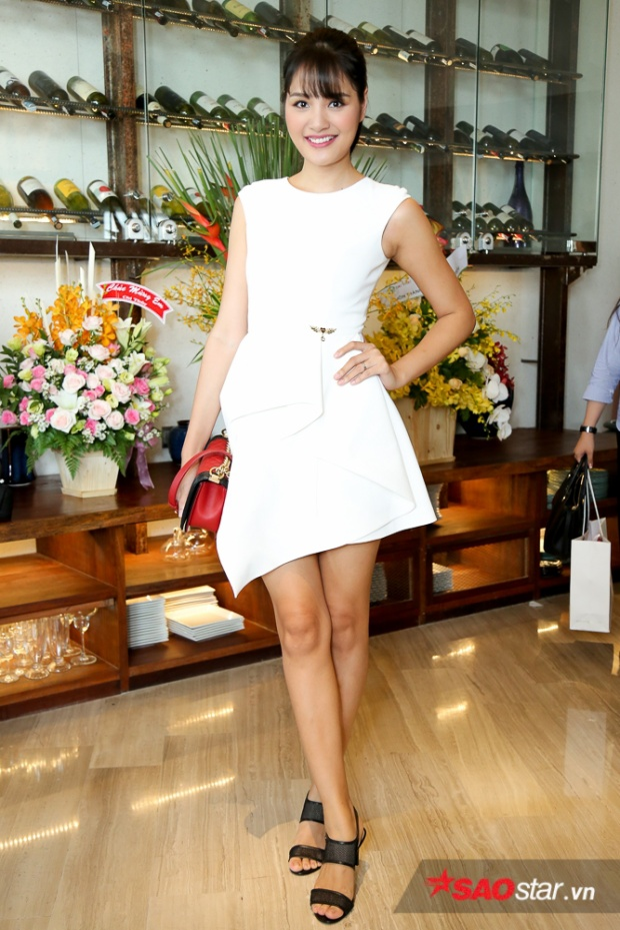 Hoa hậu Hương Giang trẻ trung trong chiếc váy trắng.