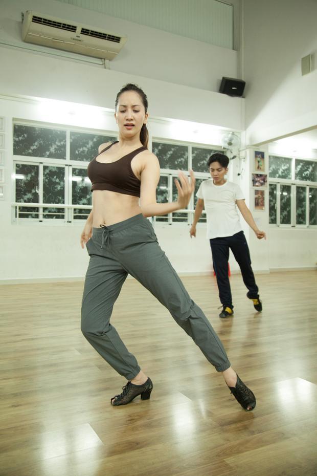 Khánh Thi tích cực tập luyện cho liveshow lớn trong sự nghiệp.