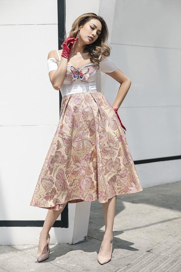 Chân dài sinh năm 1993 khoe vẻ đẹp trên phố cùng những trang phục cổ điển lấy cảm hứng từ những tạp chíthời trang danh tiếng và hình tượng siêu mẫu thời hoàng kim thập niên 90.