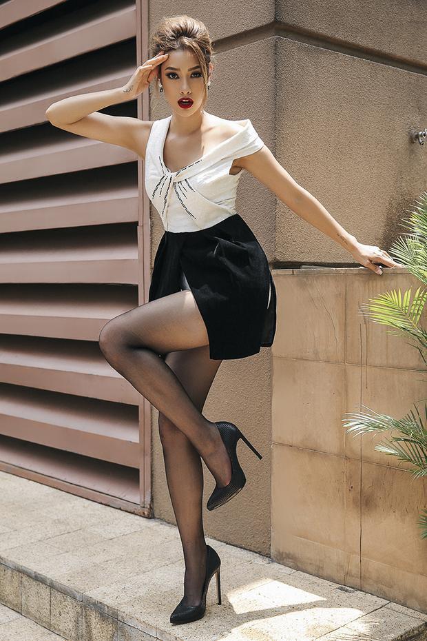 Đôi chân thon dài được cô khoe trọn trong thiết kế váy ngắn, dù đơn giản nhưng vẫn tạo được thẩm mỹ cao.