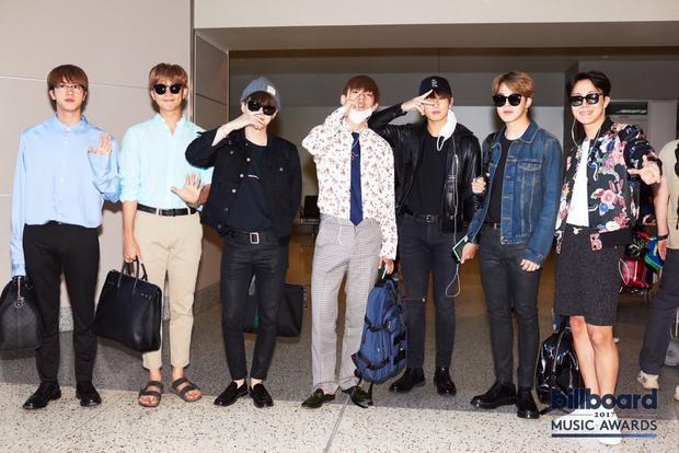 BTS tại sân bay sáng nay, chuẩn bị lên đường sang Las Vegas tham dự lễ trao giải Billboard Music Awards 2017.