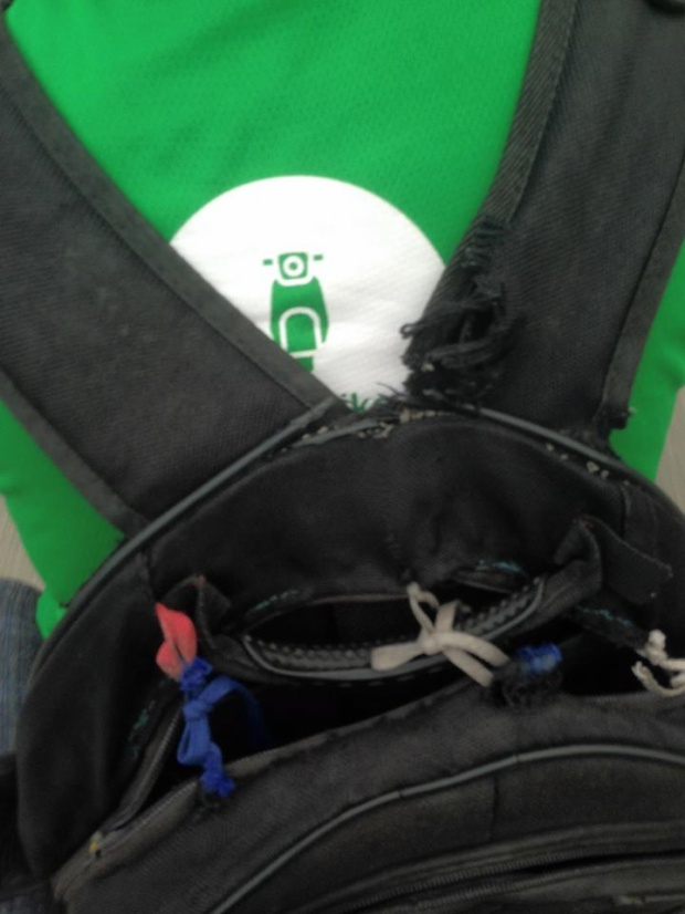 Chiếc balo đã sờn rách, được buộc lại chằng chịt những sợi dây.