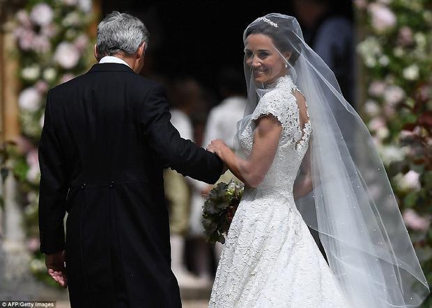 Theo truyền thống, cô dâu Pippa sẽ được dẫn bước vào lễ đường bởi cha mình, ông James Middleton.