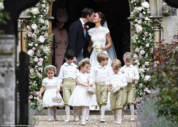 Dẫn đầu đoàn thiên thần nhỏ là tiểu hoàng tử George. Không nằm ngoài dự đoán, George và Charlotte chính là tâm điểm của hôn lễ của Pippa và James Matthews.