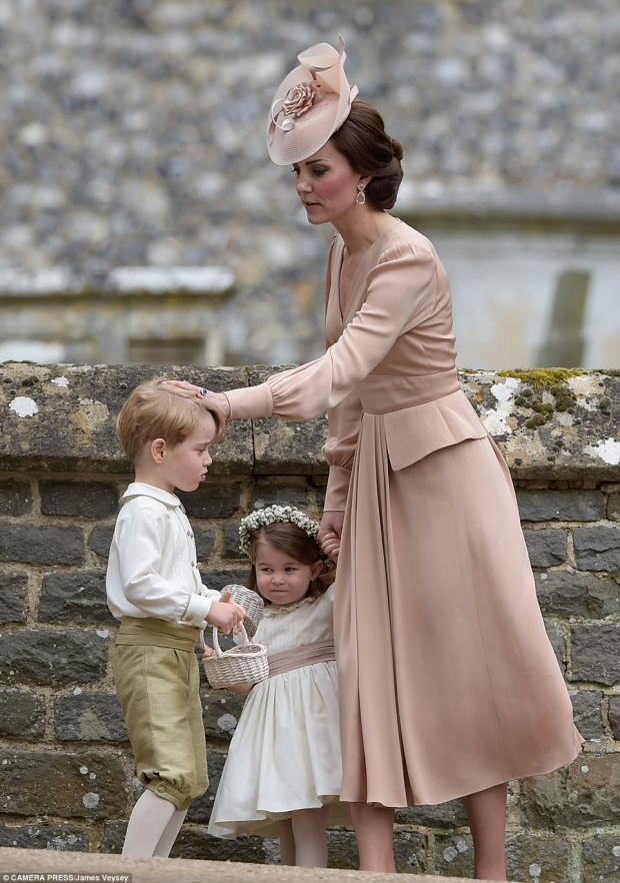 Sau đó, công nương Kate đã quay lại an ủi hoàng tử George để cậu bé có thể tiếp tục nhiệm vụ của mình.