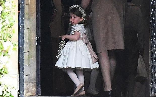 Charlotte cực kì đáng yêu trong chiếc đầm trắng.