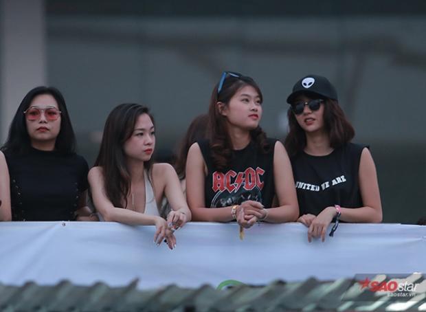 Quỳnh Anh Shyn và nhóm bạn thân có mặt ở sân vận động Mỹ Đình rất sớm.