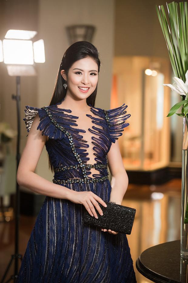 Hoa hậu Ngọc Hân được chú ý bởi vẻ gợi cảm tuyệt đối với chiếc đầm tím nằm trong bộ sưu tập Kim cương tím của NTK Hoàng Hải vừa mới trình làng cách đây ít lâu trong show diễn cá nhân.